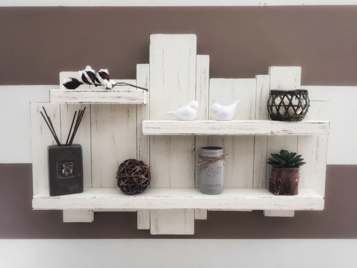 A rough-and-ready pallet shelf