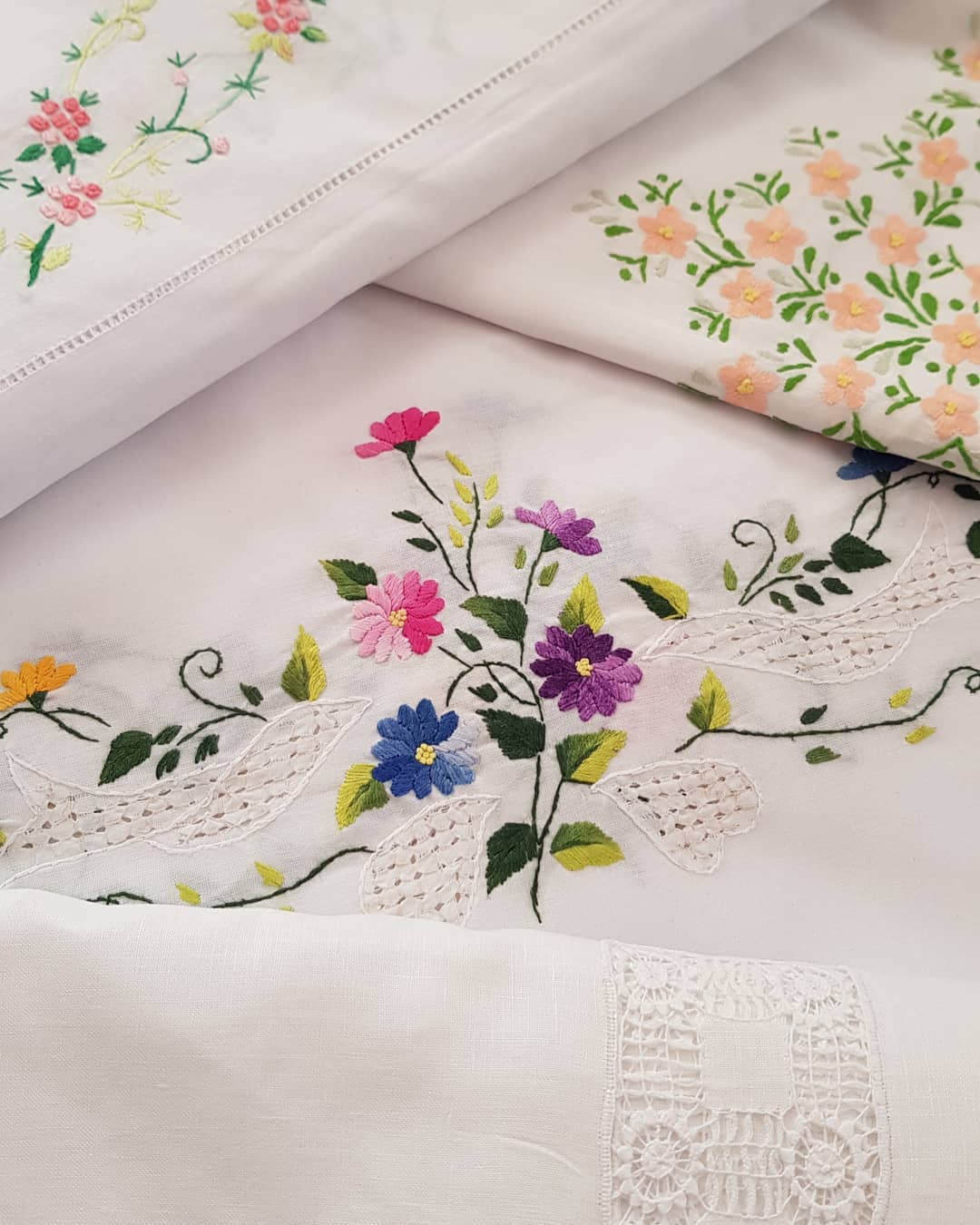 Hand painted elegance 10 Incredibly Beautiful DIY Table Runners